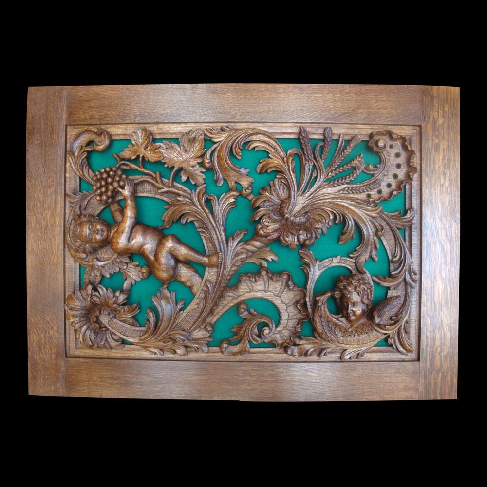 sculpture sur bois d'un portail eglise d'eglise avec ange
