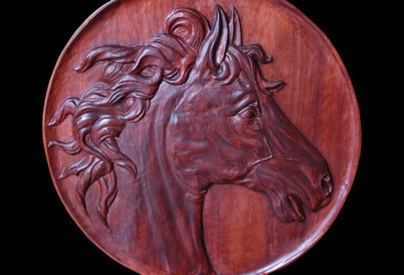sculpture sur bois d'une tete de cheval en bas relief